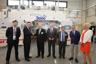Diego Donoso, Global Business President Dow Packaging & Specialty Plastics (Zweiter von links) und Antonio Cerciello, Eigentümer der Nordmeccanica Group (Dritter von links) besiegeln ihre Kooperation mit einem Handschlag