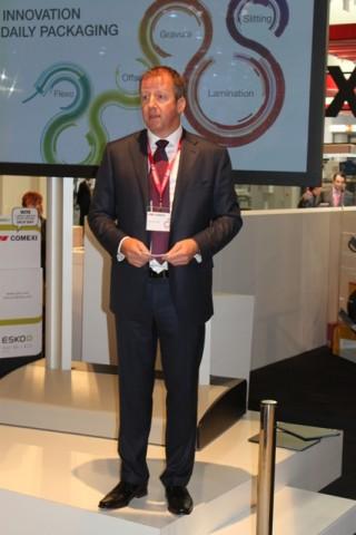 Jeroen van der Meer, CEO von Comexi Group, stellt die neuen Maschinen seines Unternehmens vor