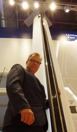 Henrik Kristensen, Vizepräsident von Tresu Ancillary, zeigt die 6 Meter breite Kammerrakel aus Karbonfaser